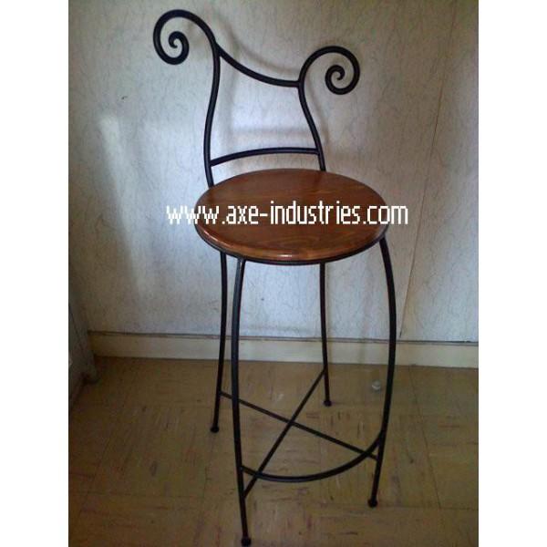 tabouret provence avec assise bois et pied fer forg plein tabourets en fer forg axe industries. Black Bedroom Furniture Sets. Home Design Ideas